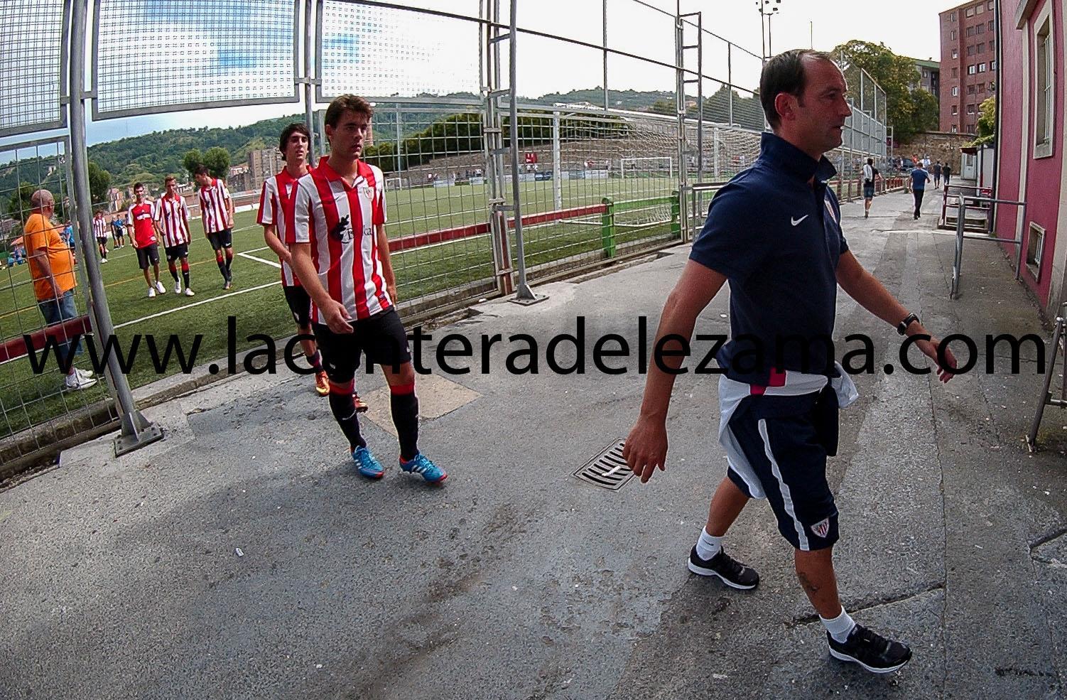 Etxebe encabeza el equipo durante un partido de pretemporada en Maiona | Foto: Unai Zabaleta