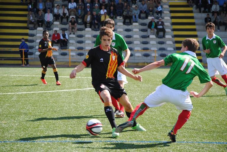 Aihen Muñoz disputa un balón ante Catalunya sub´16 la temporada pasada | Foto: fcf.cat