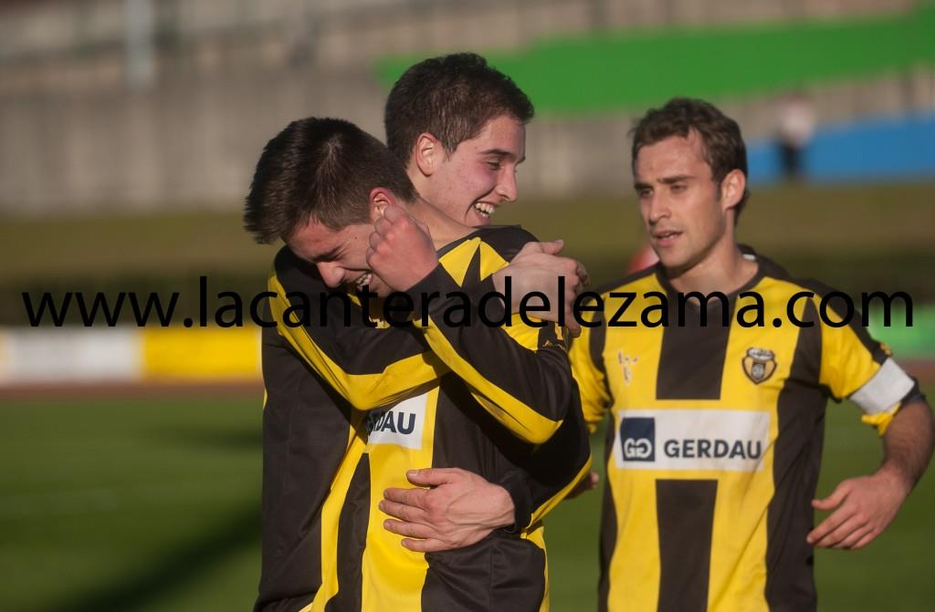 Aitor Seguín celebra un gol con Etxaburu y Santamaría | Foto: Unai Zabaleta
