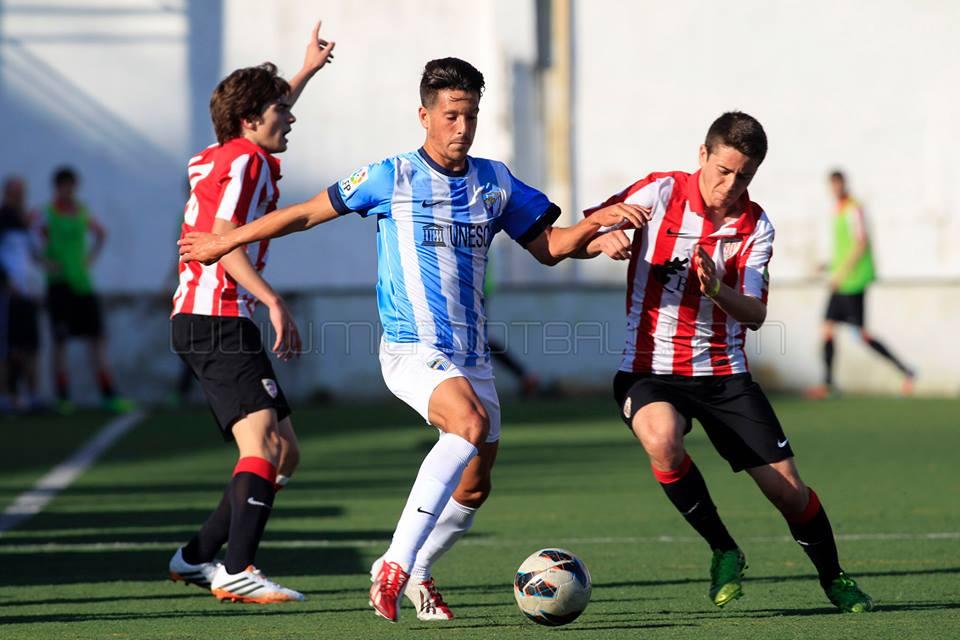 Córdoba y Urzelai ante un jugador del Málaga | Foto: J.A.Miguelez micfootball.com