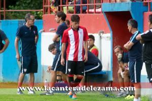 Iker Guerrotxena abandona el terreno de juego | Foto: Unai Zabaleta