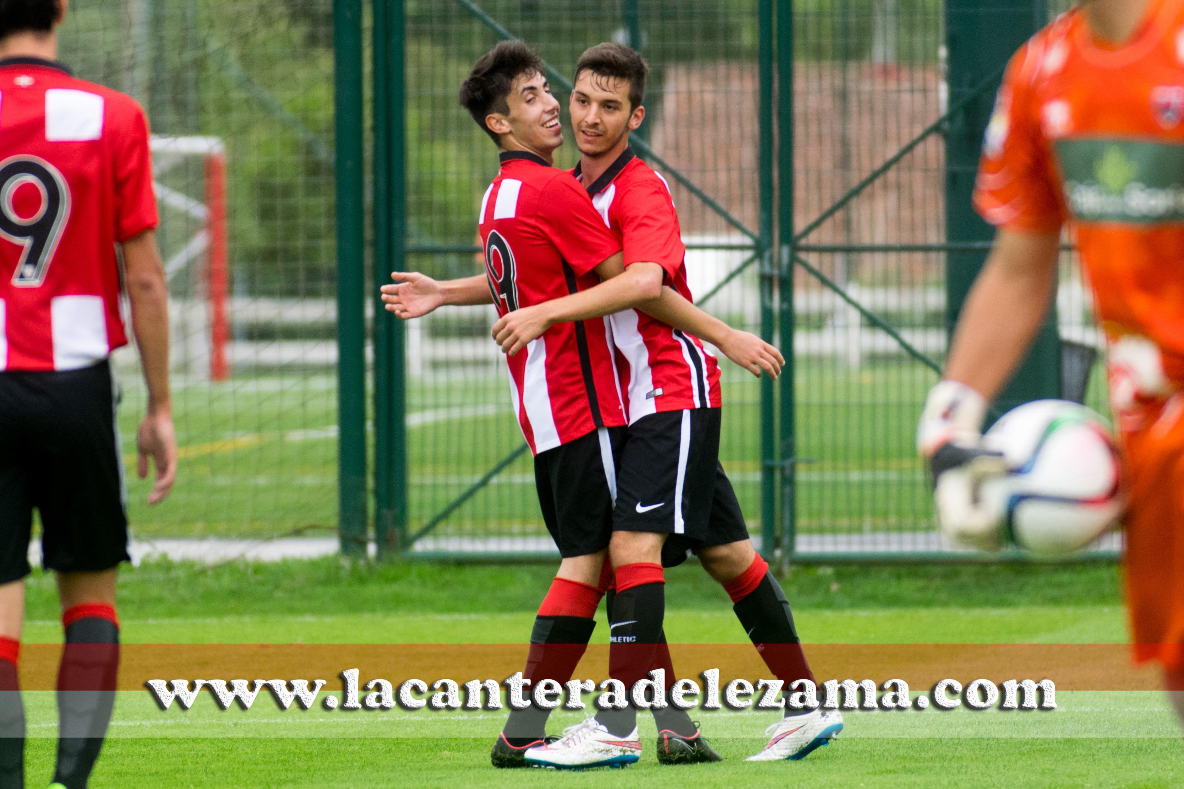 Vellisca abraza a Iñigo García autor del 1-0 |Foto: Unai Zabaleta