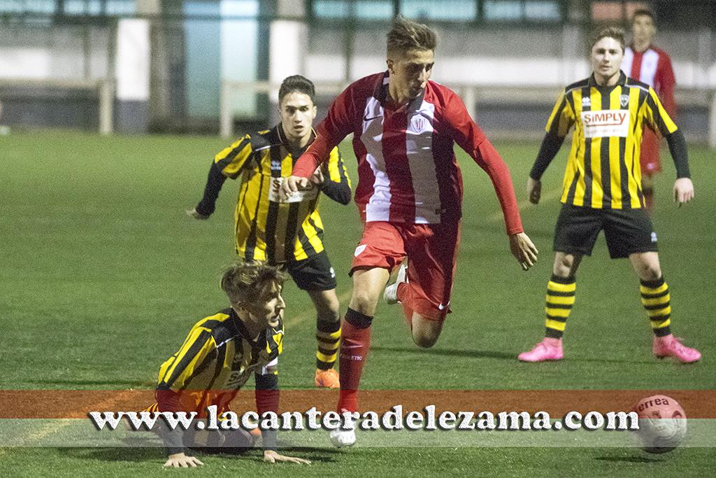 Antonio Salado sobrepasa a Ruben Salado ante la mirada de Sergio Mateo | Foto: Unai Zabaleta